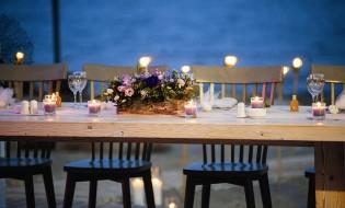 Νυφικό τραπέζι με φόντο τη θάλασσα