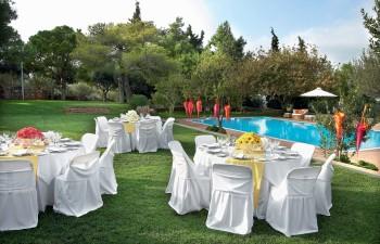 Ο ατµοσφαιρικός χώρος της πισίνας περιβάλλεται από έναν καταπράσινο παράδεισο