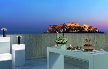 Η ατμοσφαιρική βεράντα του 8ου ορόφου για exclusive εκδηλώσεις με φόντο την Ακρόπολη