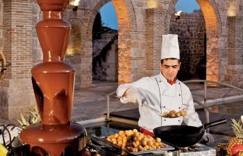 Buffet γλυκών µε σιντριβάνι σοκολάτας και λουκουµάδες