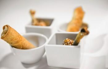 Spring rolls µε γλυκόξινη sauce & chicken wings teriyaki σε πορσελάνινα σκεύη