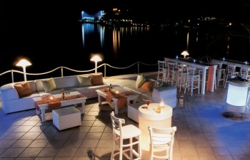 Ένα εστιατόριο πάνω στη θάλασσα με διακόσμηση υψηλής αισθητικής