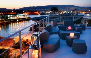 Meltemi Deck: Τη νύχτα,  το λιμάνι του Πειραιά δημιουργεί ένα ντεκόρ κινηματογραφικής ομορφιάς