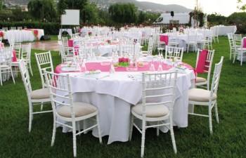 Πολλές επιλογές σερβίτσιων από διαφορετικά set-up, λινά τραπεζομάντιλα & ναπερον σε διάφορες αποχρώσεις, μοντέρνες καρέκλες ή