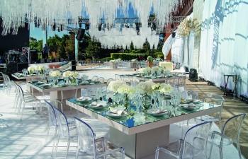 Τραπέζια φαγητού με επιφάνειες καθρέφτη και καρέκλες Victoria plexiglas