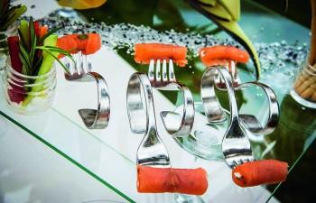 Golden Catering : Ρολό καπνιστού σολοµού µε mousse από Philadelphia & σχοινόπρασο