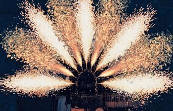Αψίδα πυροτεχνημάτων για την παρουσίαση του ζευγαριού