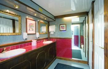 Επιλέξτε ανάμεσα από διάφορους τύπους πολυτελών τρέιλερ τουαλετών για την εκδήλωσή σας