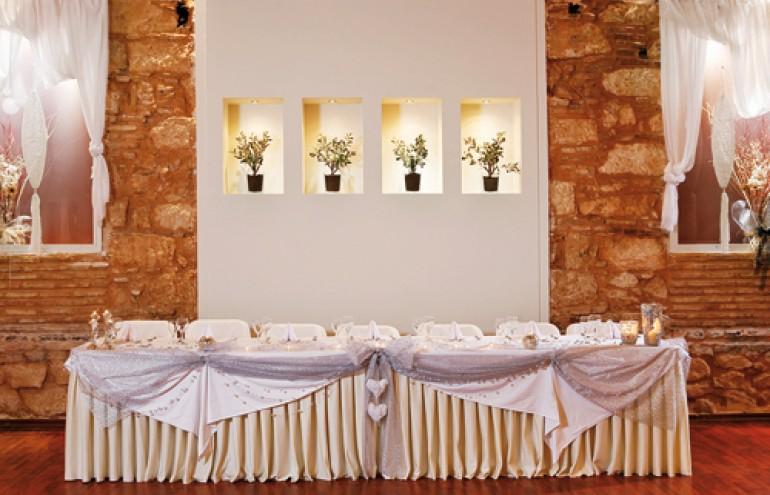 Ο χώρος για το νυφικό τραπέζι με ξεχωριστές διακοσμητικές λεπτομέρειες