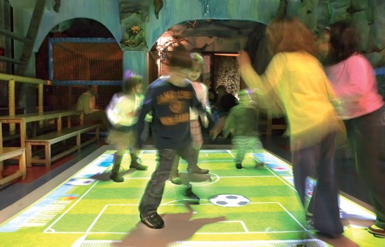 Παιδιά που παίζουν στο διαδραστικό πάτωμα EyeStep