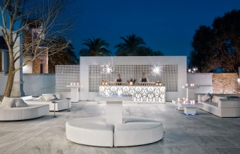 Κτήμα White: Το φωτιζόμενο bar πρωταγωνιστεί στον εξωτερικό χώρο του White