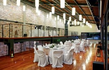 Η εσωτερική αίθουσα µπορεί να φιλοξενήσει 320 άτοµα σε καθιστό γεύµα & αποτελεί ιδανική επιλογή για κοινωνικά/εταιρικά events