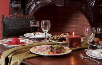 Εξαιρετικές γεύσεις συνοδεία υπέροχων κρασιών με διακοσμητικό φόντο ένα άψογο art de la table