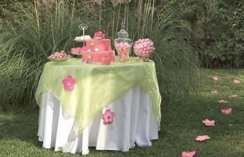 Εντυπωσιακή τούρτα βάπτισης σε ροζ χρώμα συνοδεία γλυκισμάτων