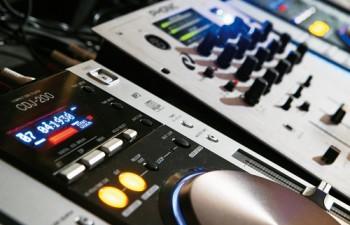 Ιδιόκτητος ηχητικός & φωτιστικός εξοπλισμός τελευταίας τεχνολογίας