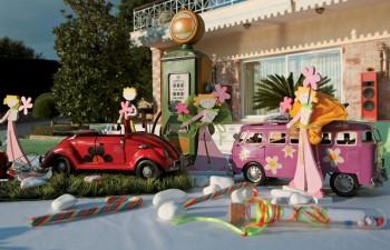 Αυτοκινητάκια αντίκα σε μινιατούρες διακοσμούν υπέροχα την εκδήλωσή σας σε συνδυασμό με τις παιδικές μπομπονιέρες