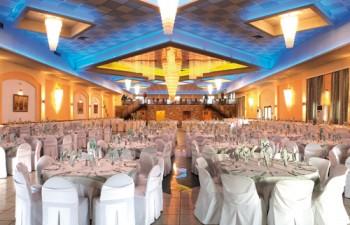 Οι κρυστάλλινοι πολυέλαιοι αποτελούν το κυρίαρχο διακοσμητικό στοιχείο του Glamour Palace