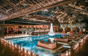 Ο υπέροχα ανακαινισμένος χώρος της πισίνας περιλαμβάνει το bar, το deck, τις cabanas και το εστιατόριο