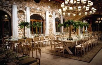 Corporate Dinner: Venus μοναστηριακά τραπέζια φαγητού, Napoleon decapé καρέκλες φαγητού, όλα από μασίφ ξύλο