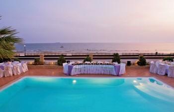 Η μαγευτική πισίνα, η απεριόριστη θέα στη θάλασσα & το ηλιοβασίλεμα θα είναι το φόντο των φωτογραφιών σας