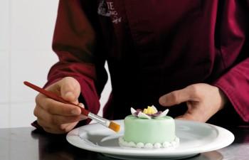 Οι δεξιοτέχνες ζαχαροπλάστες βάζουν όλη τους τη μαεστρία για να δημιουργήσουν γλυκούς πειρασμούς