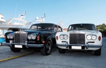 Δύο από τις πέντε Rolls Royce που διαθέτει ο στόλος της Golden Dream Cars