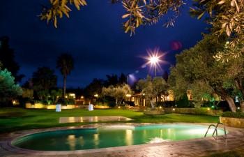 Κτήμα Νεφέλες: Ένα καταπράσινο κτήμα με ατμοσφαιρικό φωτισμό για τις ομορφότερες μέρες της ζωής σας