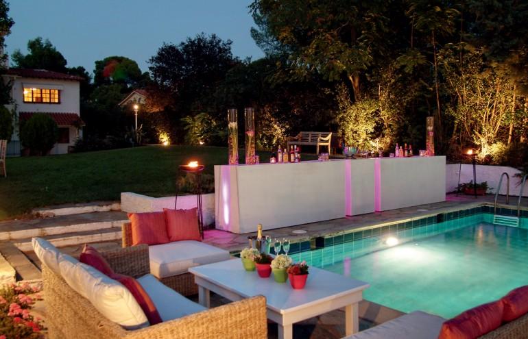 Lounge διάθεση µε δροσερά cocktails δίπλα στην πισίνα