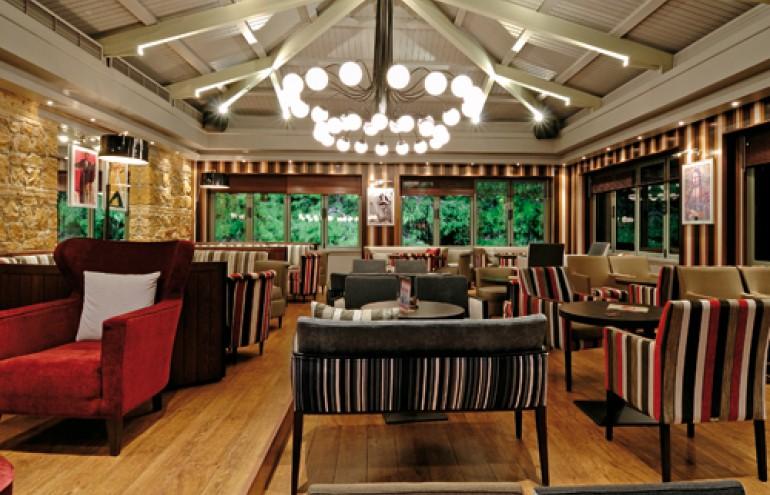 Υπέροχη ατμόσφαιρα στο καφέ και το εστιατόριο που λειτουργεί στο χώρο