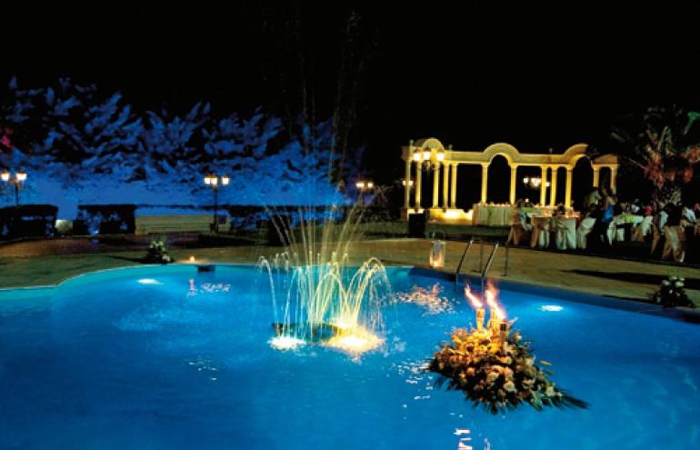 Η επιβλητική πισίνα με τον ατμοσφαιρικό φωτισμό ολοκληρώνει το σκηνικό