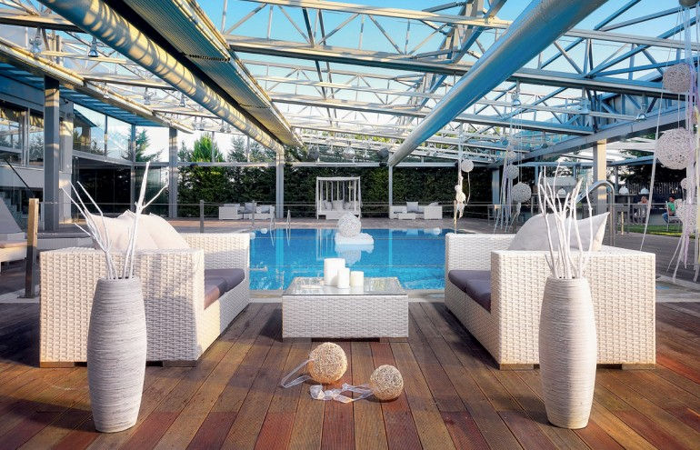 Η ηλεκτρική οροφή και τα πτυσσόµενα κρύσταλλα δίνουν τη δυνατότητα να χρησιµοποιήσετε τον χώρο γύρω από την πισίνα όλο τον χρ